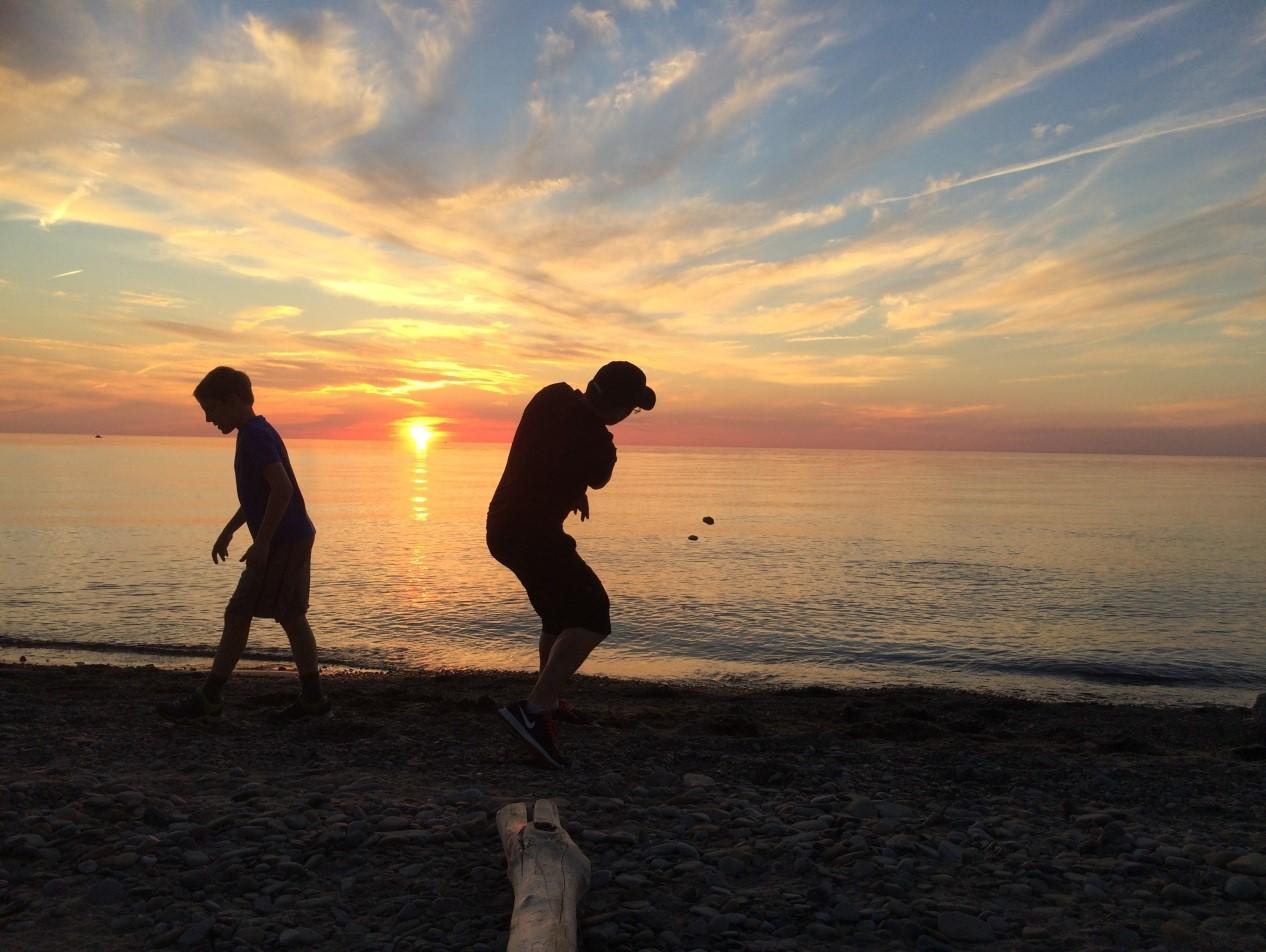 Steve et Tyler Kaminski, père et fils, lançant des cailloux sur le lac Érié à Fisherman's Beach, dans le nord-est de la Pennsylvanie