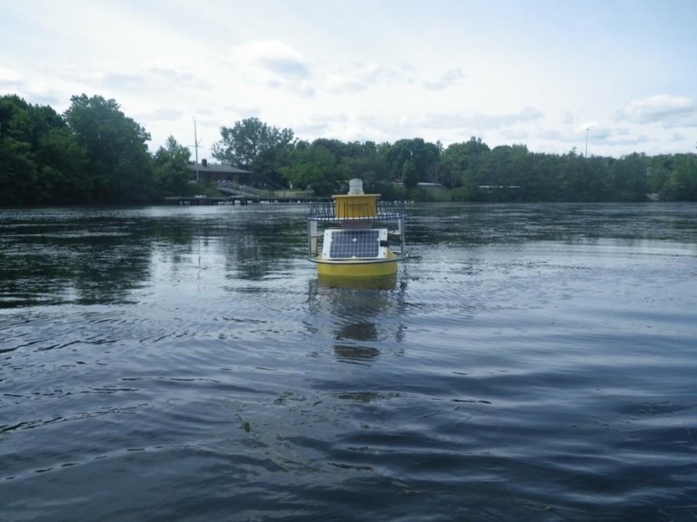 Bouée de surveillance de la qualité de l'eau de l'EPA, qui recueille des données en direct sur la qualité de l'eau et fournit des renseignements précieux pour poursuivre la surveillance de la pollution et de la santé des eaux des Grands Lacs