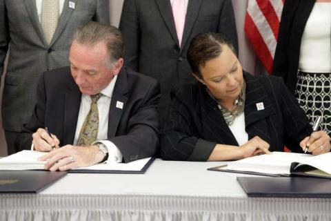 Picture of Environment Minister Peter Kent and EPA Administrator Lisa Jackson signing the updated Great Lakes Water Quality Agreement, Sept. 7, 2012